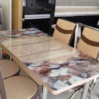 طاولة مع 4 كراسي للبيع