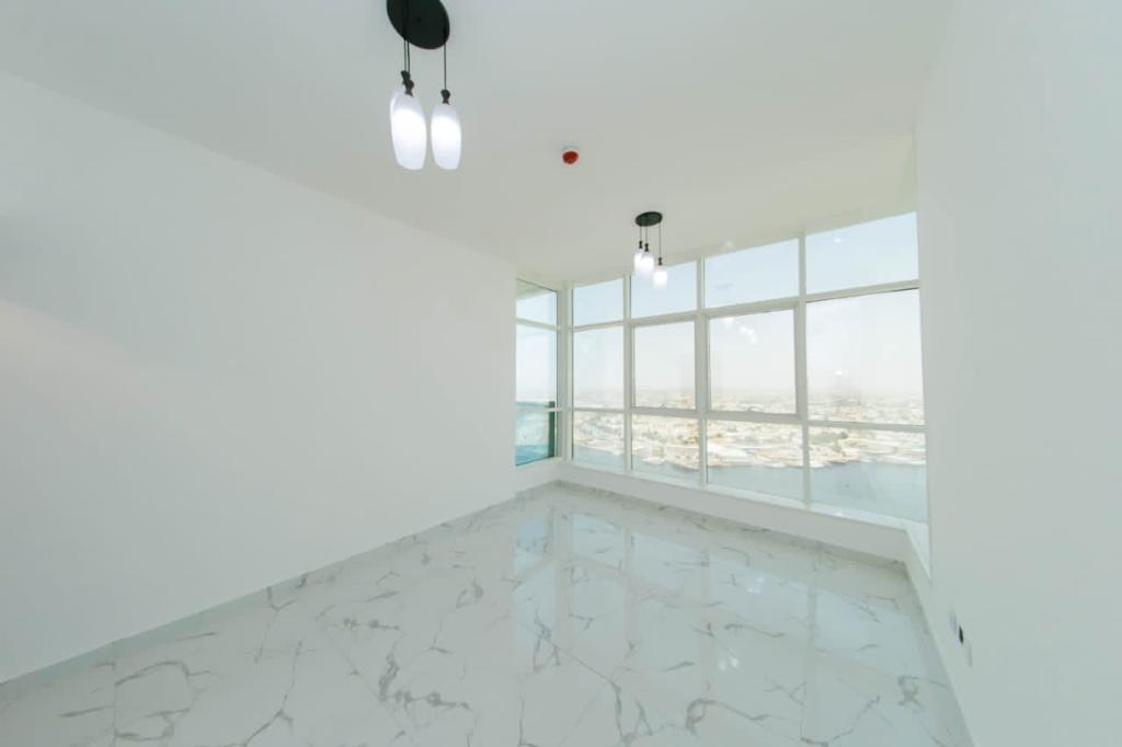 للبيع شقة ثلاث غرف وصالة على الخور في عجمان -الراشدية والتسليم فوري